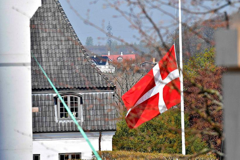 Flaggað í hálfa stöng við Højvangskólann þar sem tvö af ...