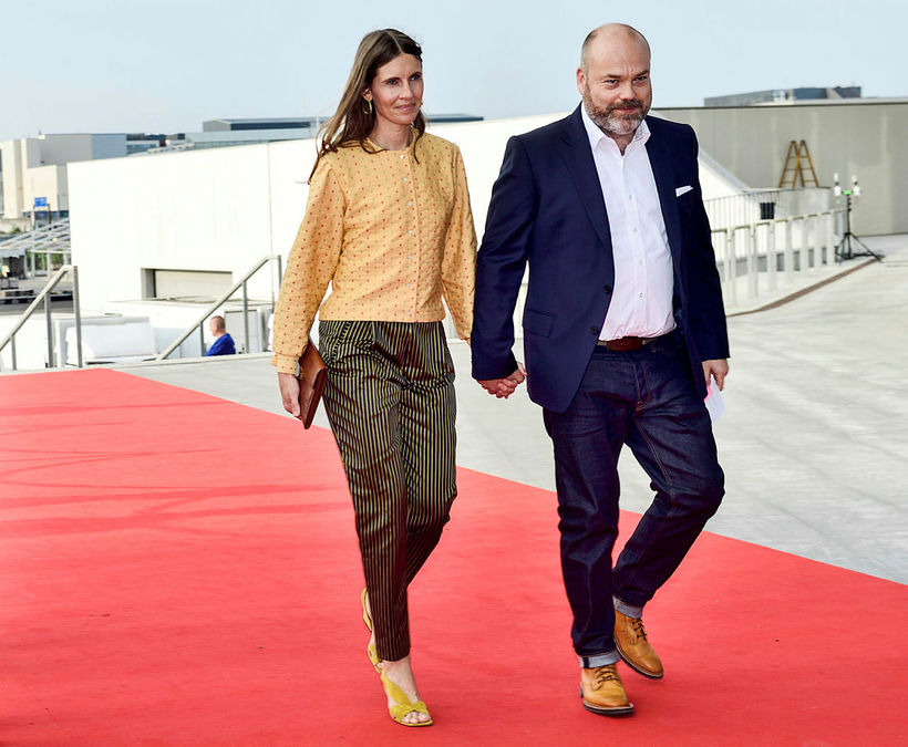 Anne Holch Povlsen og Anders Holch Povlsen sjást hér koma ...