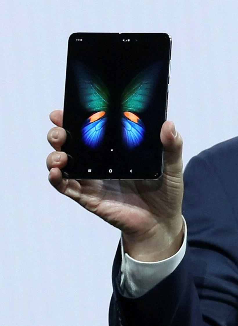 Svona lítur Samsung Galaxy Fold síminn út. Tveir skjáir verða ...