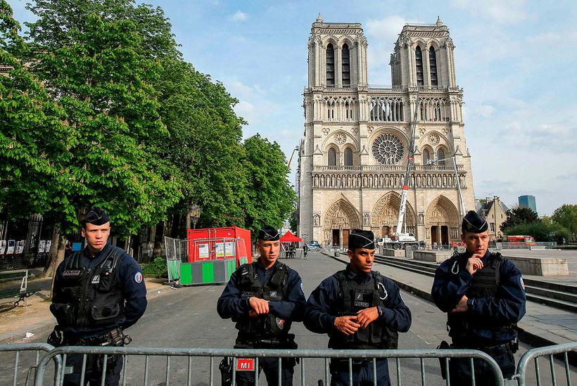 Lögreglumenn standa vörð framan við Notre Dame-dómkirkjuna í París eftir ...