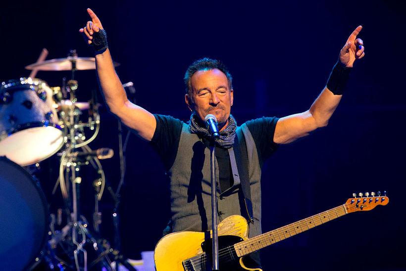 Bruce Springsteen á tónleikum í París árið 2016. Hann gefur ...