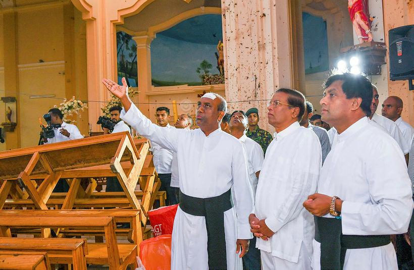 Maithripala Sirisena, forseti Sri Lanka, heimsækir hér St. Sebastian's-kirkjuna í ...