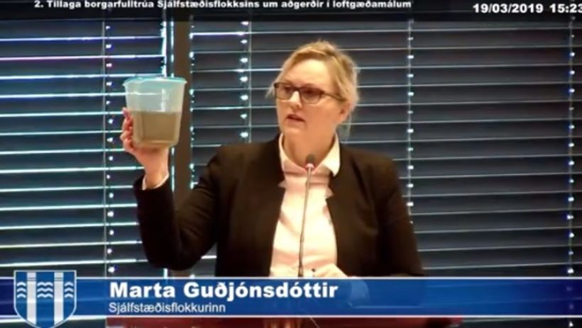 Marta Guðjónsdóttir heldur á svifrykinu.