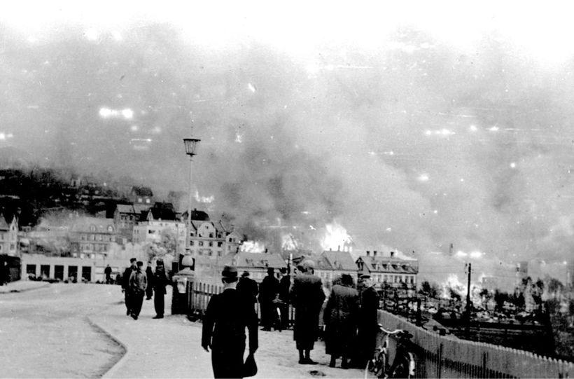 Þjóðverjar varpa sprengjum á Narvik 1. júní 1940, 4.500 bæjarbúar …