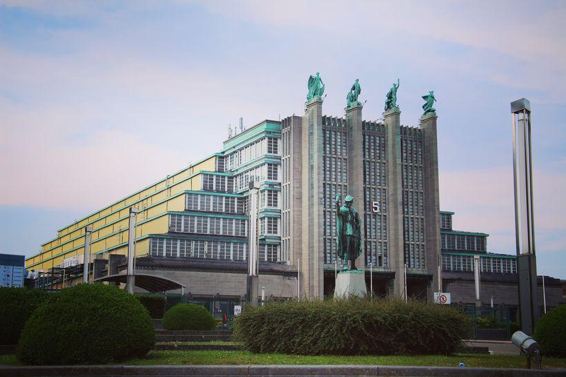 Palais des Expositions byggingin er skreytt með fjölda bronsstytta og …