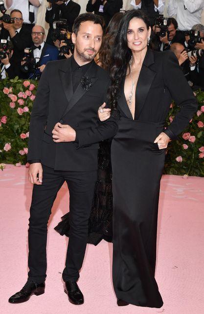 Demi Moore ásamt félaga sínum Anthony Vaccarello á Met Gala-viðburðinum.