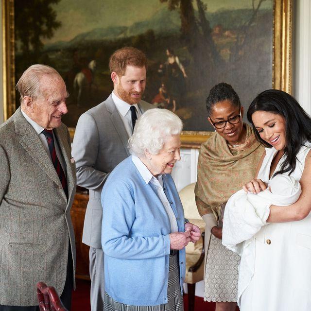 Filippus sést hér skoða barnabarnabarnið sitt Archie litla, son Harry …