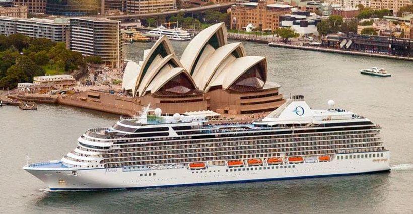 Skemmtiferðaskipið Oceania Marina við óperuhúsið í Sidney.