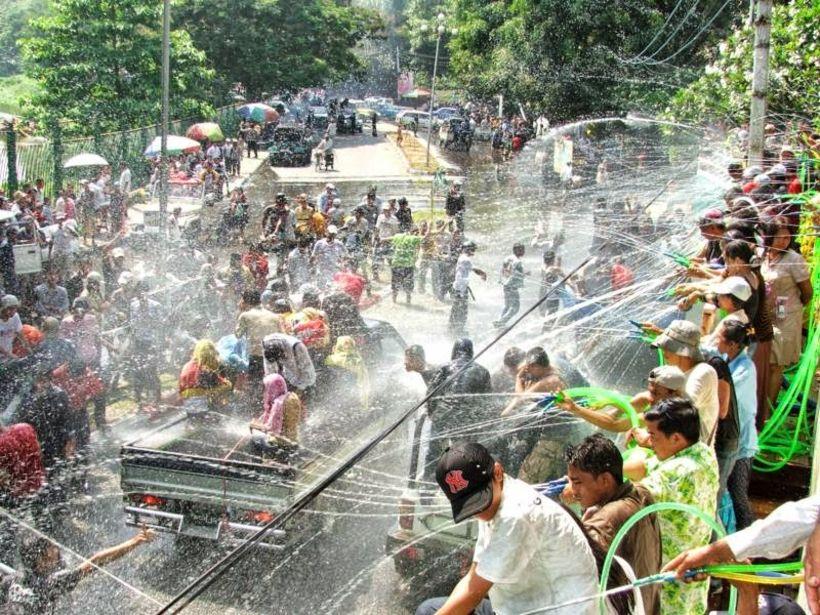 Íbúar Myanmar fagna nýju ári.