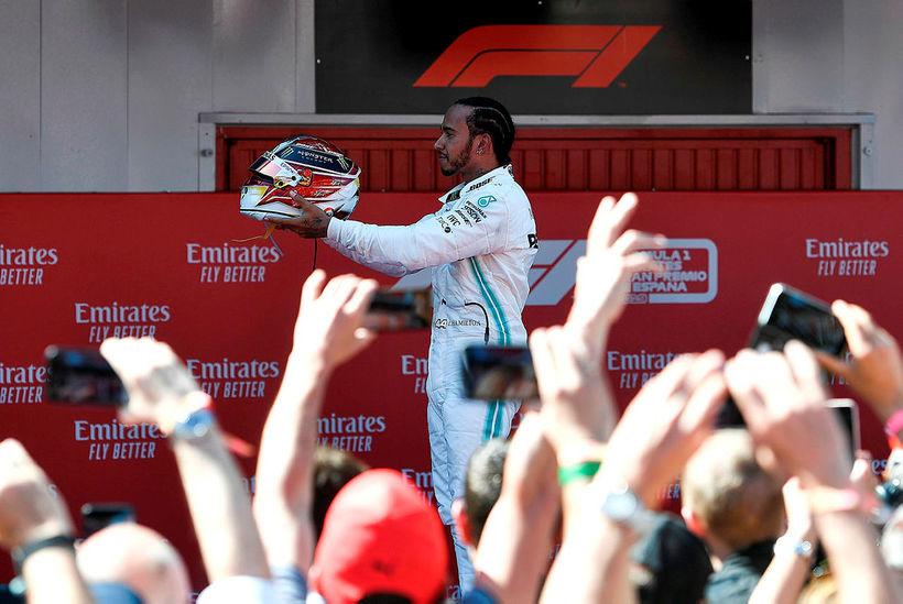 Lewis Hamilton fagnar sigri sínum í Barcelona í dag.
