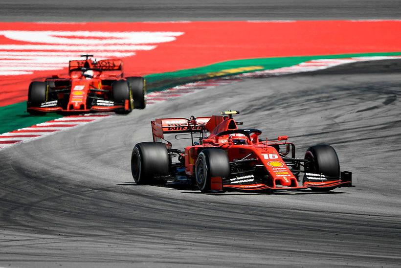 Charles Leclerc (framar) og Sebastian Vettel háðu rimmur í Barcelona ...
