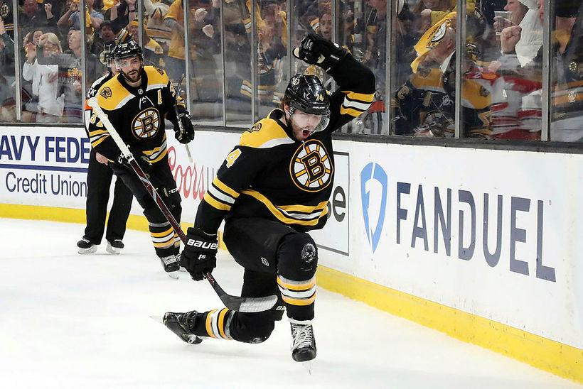 Jake DeBrusk #74 fagnar marki fyrir Boston Bruins.