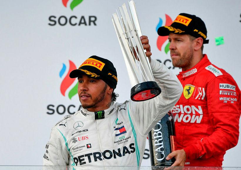 Lewis Hamilton (t.v.) og Sebastian Vettel á verðlaunapallinum í Bakú ...
