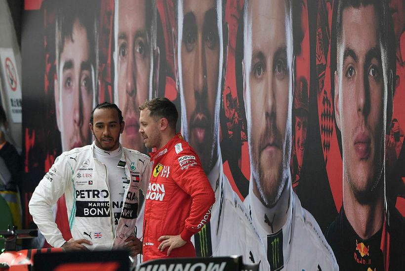 Lewis Hamilton (t.v.) og Sebastian Vettel spjalla rétt eftir lok ...