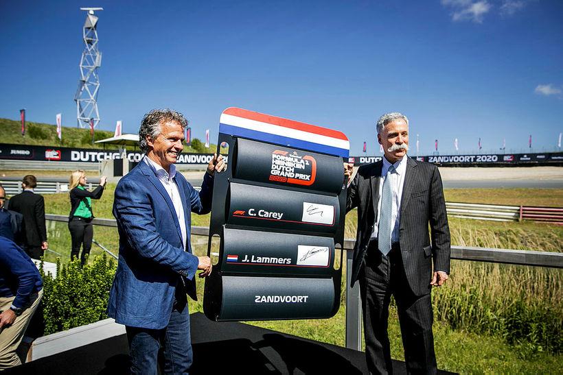 Jan Lammers stjórnandi brautarinnar í Zandvoort (t.v.) og Chase Carey ...