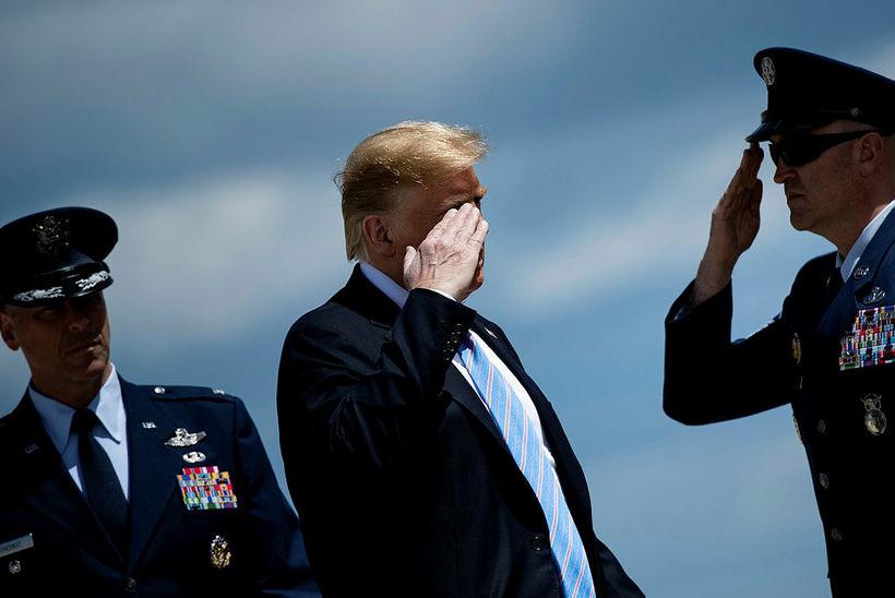 Donald Trump Bandaríkjaforseti um leið í borð í forsetaflugvélina. Búist ...