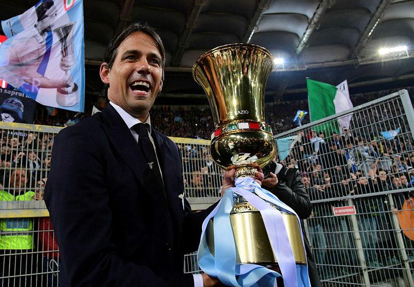 Simone Inzaghi þjálfari Lazio með bikarinn.