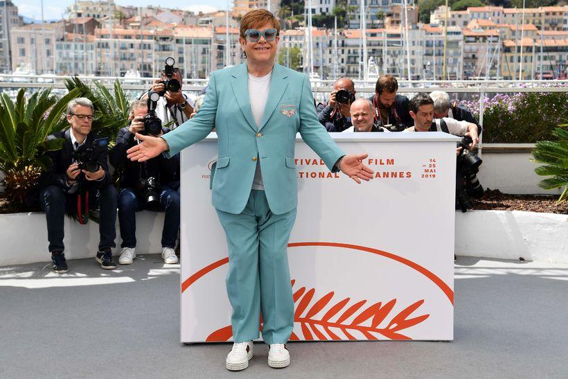 Elton John stillir sér upp á Cannes í Gucci fatnaði …