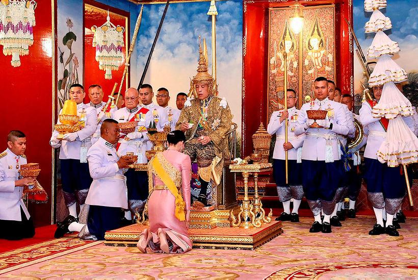 Maha Vajiralongkorn konungur og Suthida drottning.