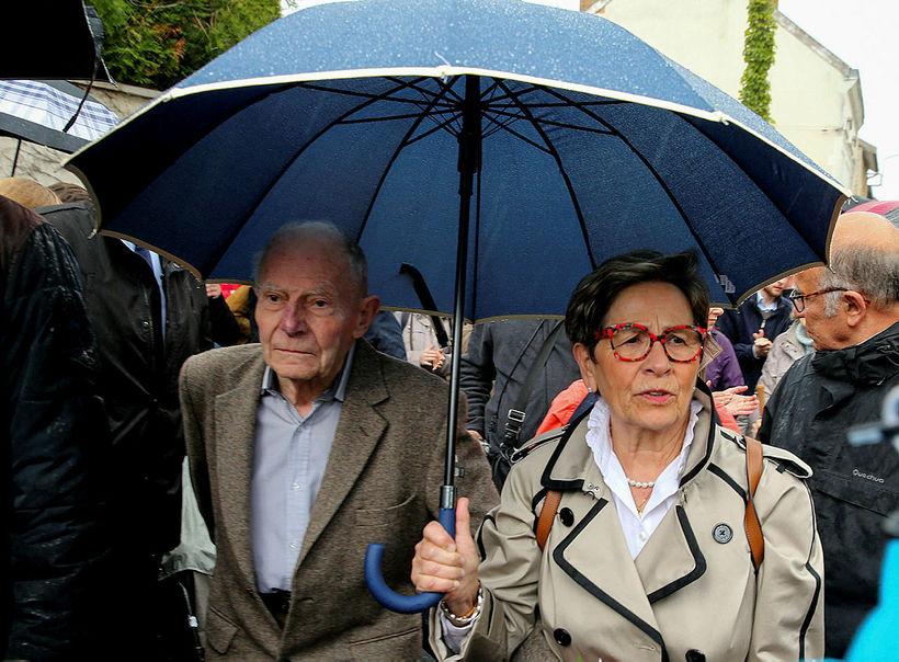 Foreldrarnir Pierre Lambert og Viviane Lambert utan við sjúkrahúsið þar ...