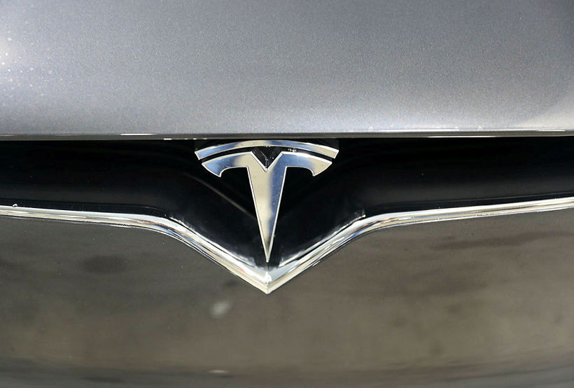 Maðurinn var á Tesla-bifreið með sjálfstýringarbúnaði og steinsvaf við stýrið ...