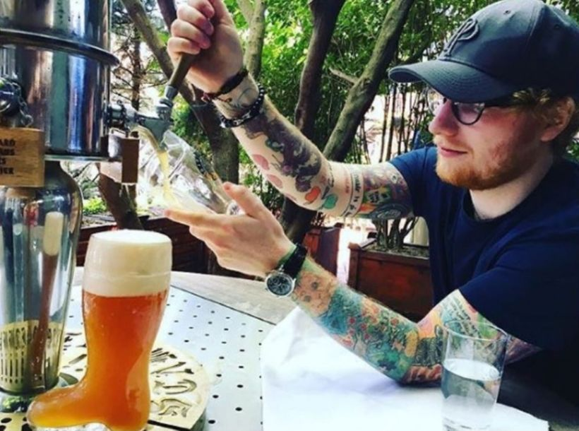 Ed Sheeran tappar hér bjórinn sjálfur eins og ekkert sé.