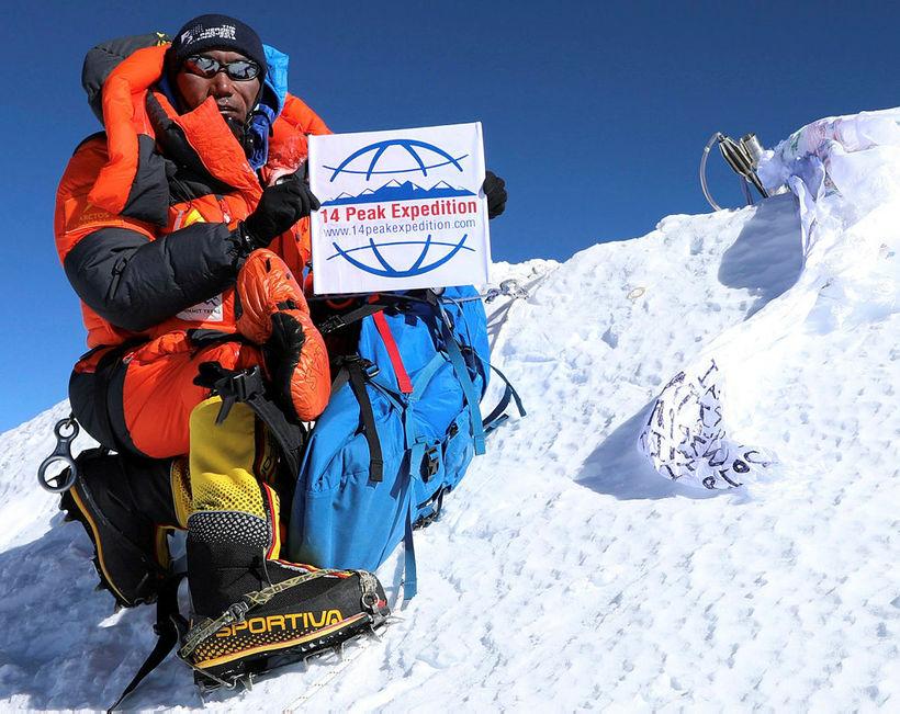Kami Rita sést hér á toppi Everest í 23. skiptið ...