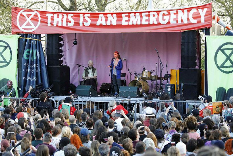 Greta Thunberg flytur hér tölu á fundi mótmælenda í London ...