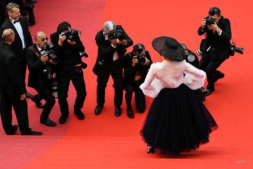 Ljósmyndarar mynduðu Elle Fanning í fötum frá Dior í Cannes.