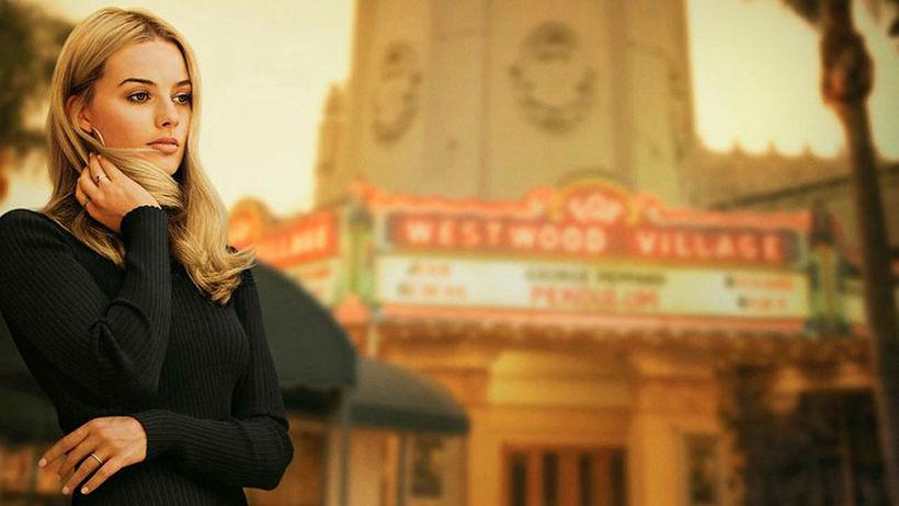 Margot Robbie leikur Sharon heitna Tate sem býr við hliðina …