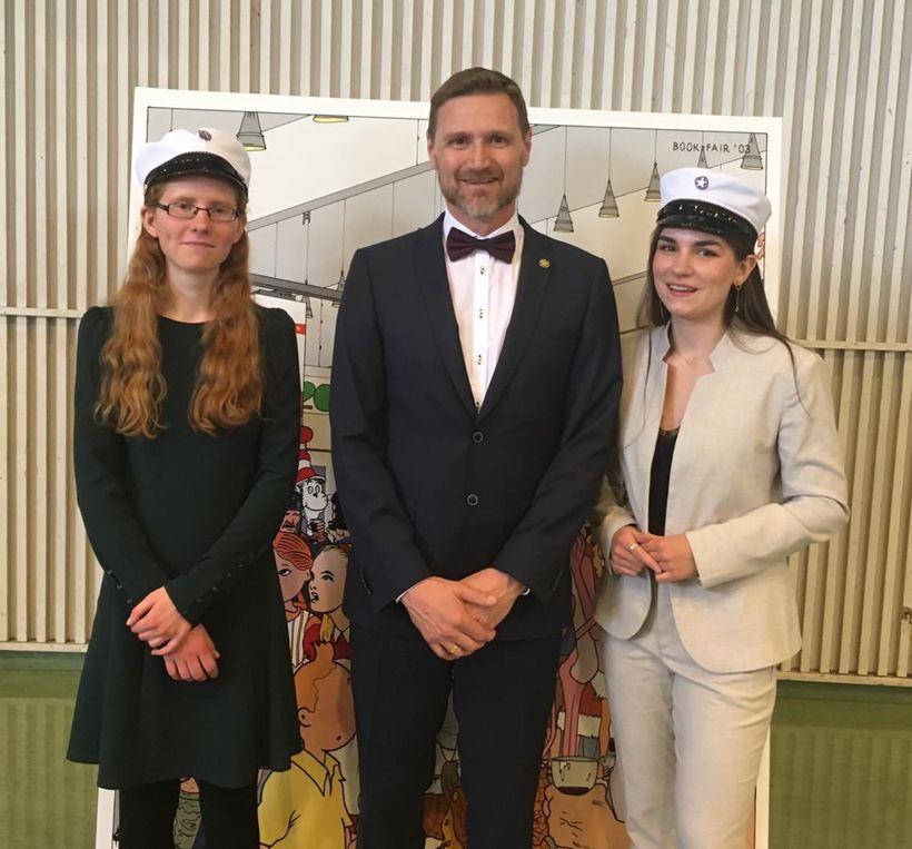 Frá vinstri Guðrún Sunna Jónsdóttir dúx, Steinn Jóhannsson rektor og ...