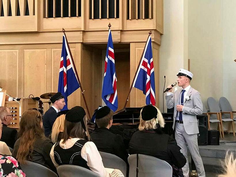 """Pétur flutti lagið """"Bring Him Home"""" úr söngleiknum Vesalingunum við ..."""