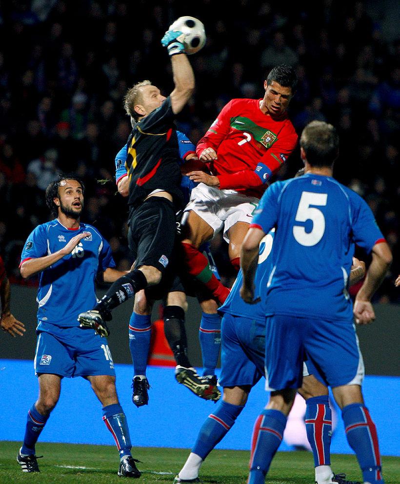 Gunnleifur Gunnleifsson gómar boltann af höfðinu á Cristiano Ronaldo í ...