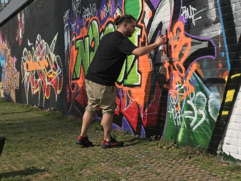 Un pintor enérgico recuerda la lata de aerosol sin aerosol contra la pared de un parque público. Ahí…