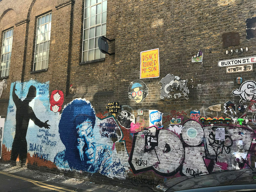 Las paredes de las casas en Brick Lane y las calles laterales alrededor pueden ...