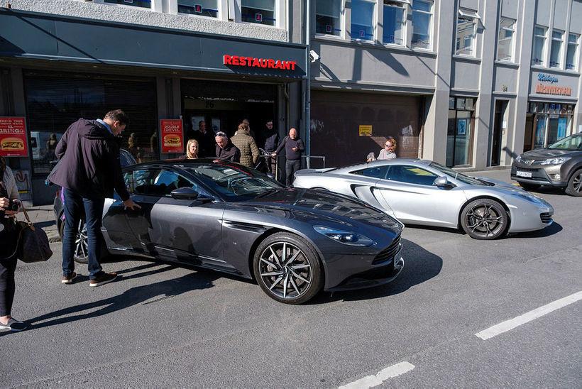 Aston Martin í forgrunni og McLaren í bakgrunni.