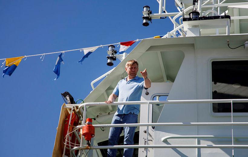Friðleifur Einarsson, skipstjóri á Engey, segir sínum mönnum til verka.