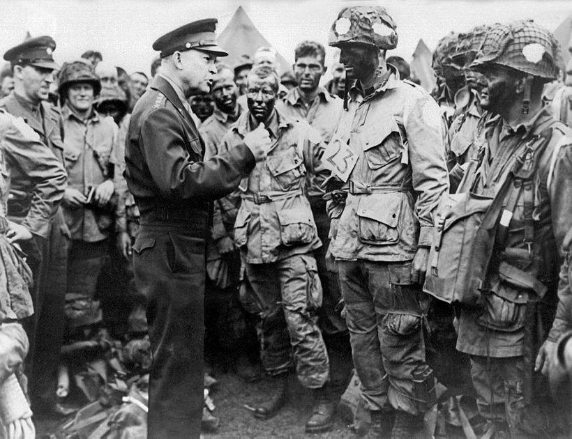 Dwight D. Eisenhower gefur hermönnum bandamanna leiðbeiningar skömmu áður en ...