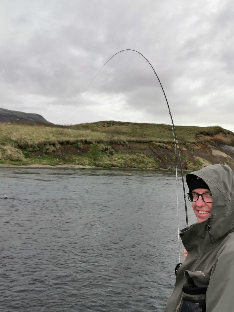 Ríkarður Hjálmarsson kominn í samband við hrausta bleikju.