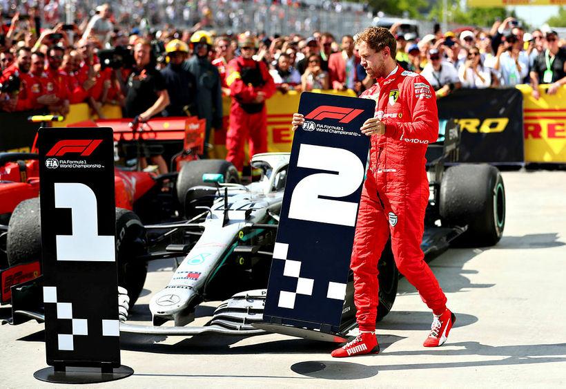 Sebastian Vettel færir merki númer 2 að Mercedesbíl Hamiltons. Tók ...