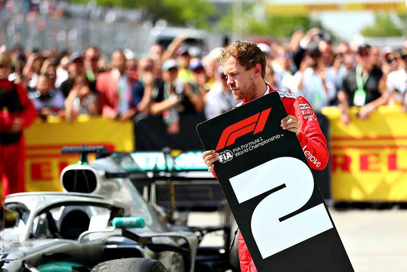 Sebastian Vettel færir merki númer 2 að Mercedesbíl Hamiltons. Tók …