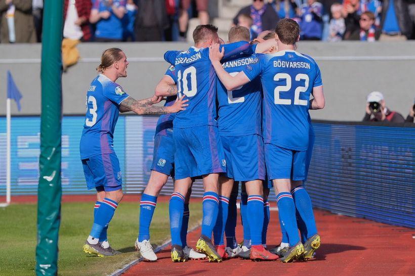 The players celebrate Ragnar Sigurðsson's goal.