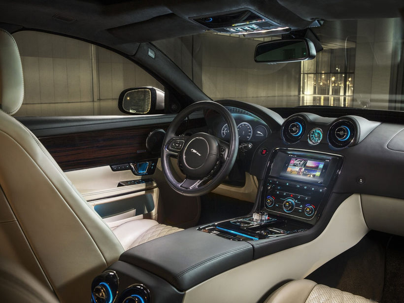 Íburður í lúxusbílnum Jaguar XJ.
