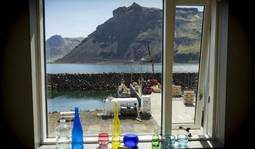 Útsýnið frá Kaffi Norðurfirði er á heimsmælikvarða. Urðartindur skartar sínu ...