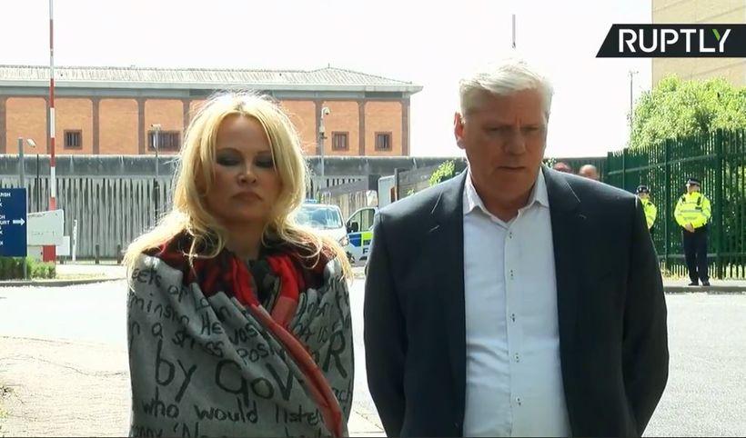 Pamela Anderson og Kristinn Hrafnsson fyrir utan öryggisfangelsið þar sem ...