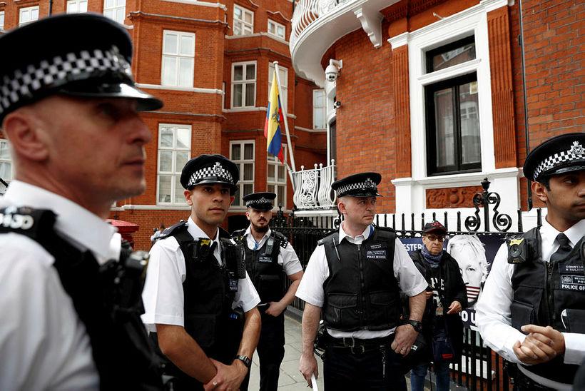 Assange var handtekinn í sendiráði Ekvador í apríl.