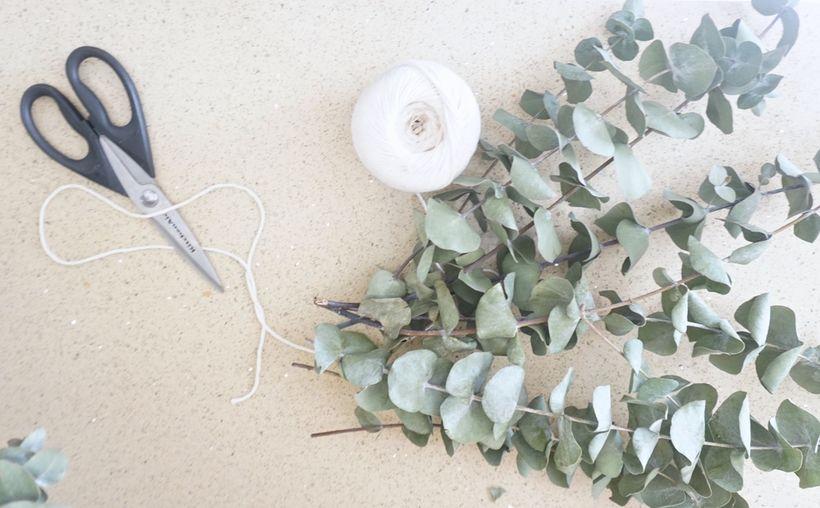 Eina sem til þarf eru nokkrar eucalyptus-greinar og band til …