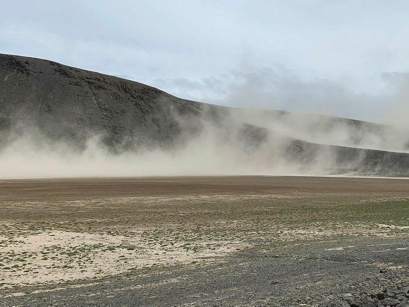 Jarðvegur fauk undan norðvestanáttinni við Sandkluftavatn og Lágafell á Uxahryggjaleið. ...