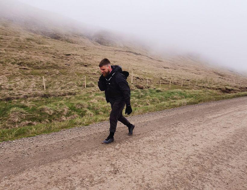 Einar á 50 kílómetra eftir og er í þyngdarvesti sem ...