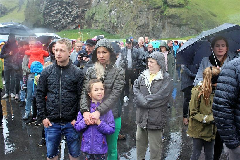 Nokkuð ringdi á fjölgmarga gesti móttökuhátíðarinnar.